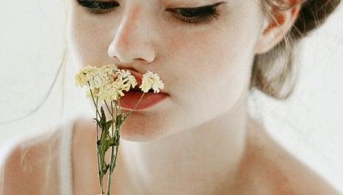 çiçek koklayan kadın