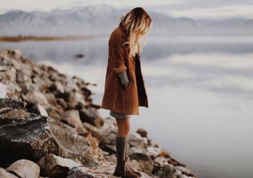 sahilde duran kadın