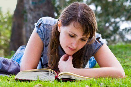 uzanmış kitap okuyan kadın