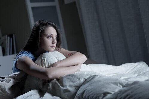 yatakta uyanık kadın