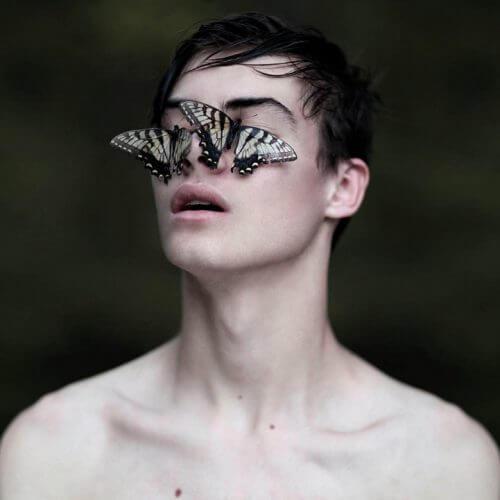 yüzünde kelebek olan çocuk