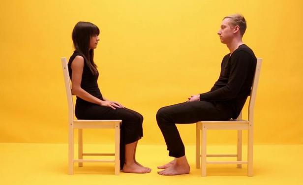 karşı karşıya oturan çift