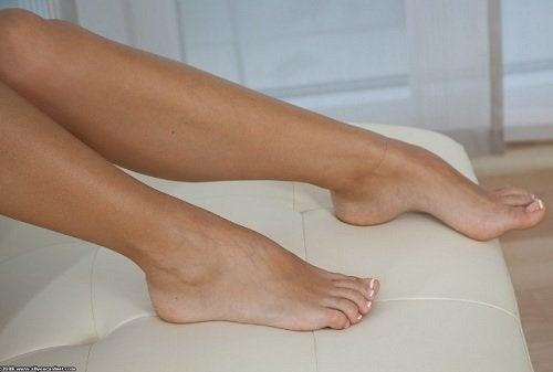koltuğun üzerindeki bacak ve tırnaklar