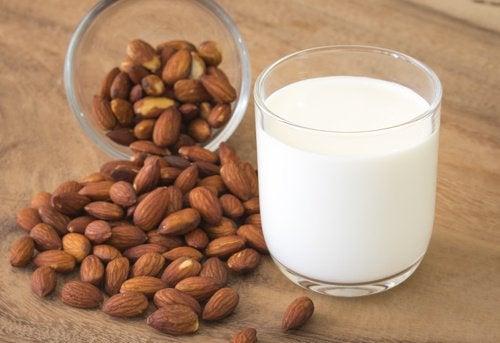 Bir bardak süt ve badem