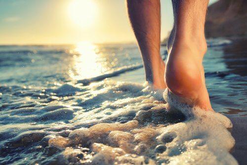 deniz kenarında yürümek