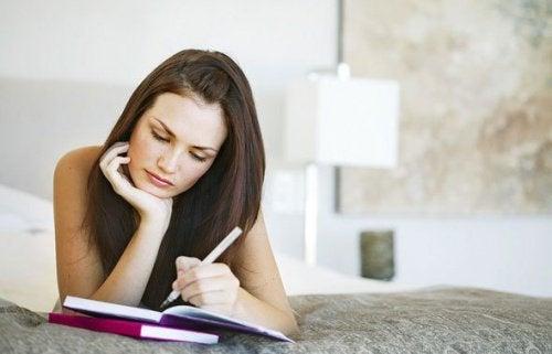 endometriyoz semptomlarını not eden kadın