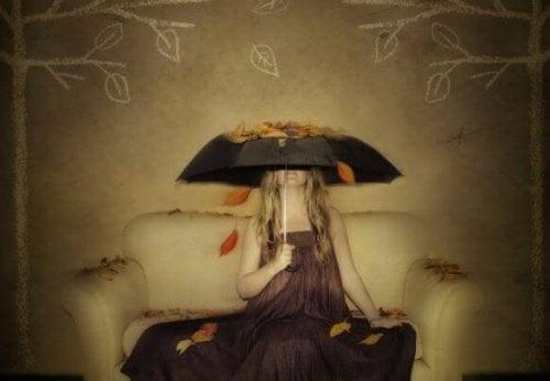 şemsiye tutan kadın