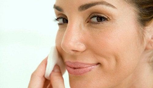 yüz bakımı yapan kadın