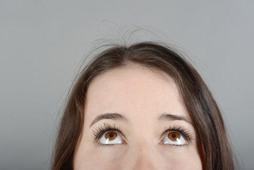 yukarı bakan gözler