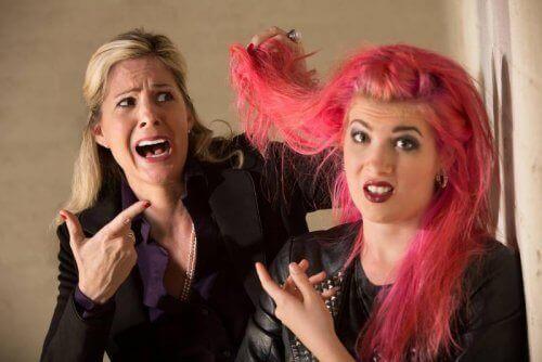 saç boyatan kız ve annesi