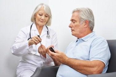 yaşlı doktor ve yaşlı hasta