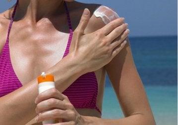 güneş kremi süren kadın