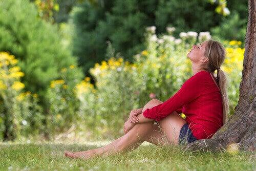 yeşillik alanda oturan kadın