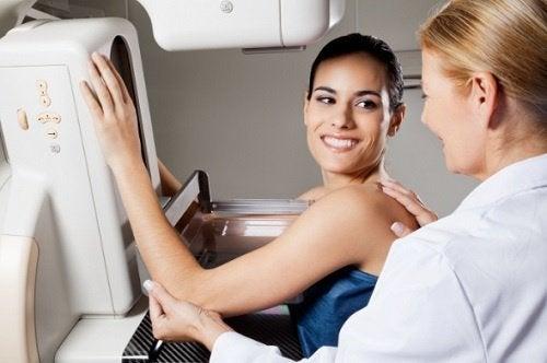 mamografide bir kadın