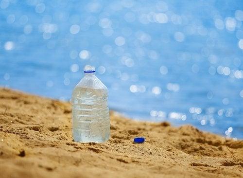 ağzı açık su şişesi