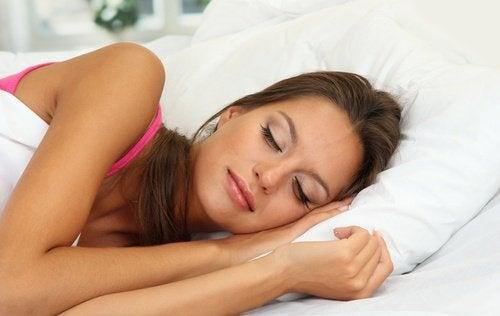 yüzünde makyajla uyuyan kadın
