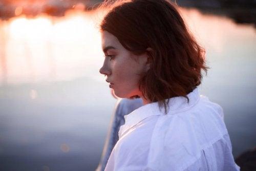 su kenarında kadın
