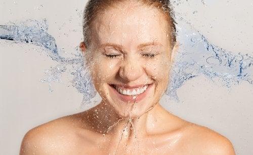 yüzünü yıkayan kadın