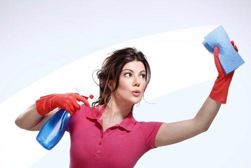 ellerinde eldivenle temizlik yapan kadın