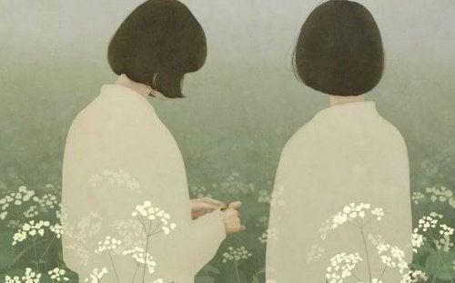 beyaz elbiseli küt saçlı arkası dönük iki kadın