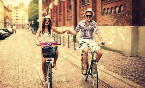 bisiklet süren tatmin olmuş çift