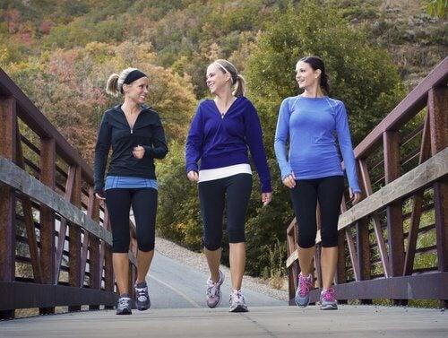 yürüyüş yapan kadınlar