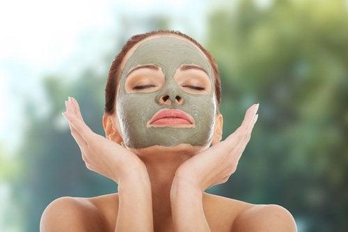 yeşil yüz maskesi uygulaması