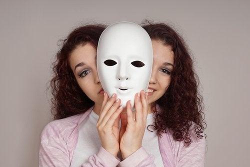maske arkasında gülen ve somurtan genç