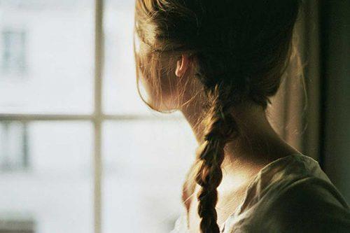 düşünceli kız camdan bakıyor