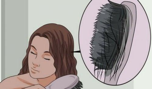 Saç İncelmesinin Sebepleri ve İncelmeyi Önleyen Yiyecekler