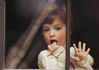 pencereden bakan çocuk