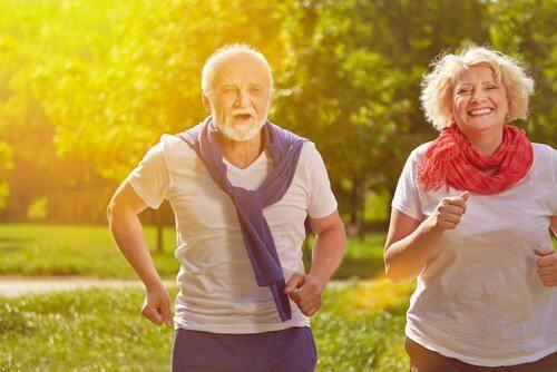 koşu yapan yaşlı çift