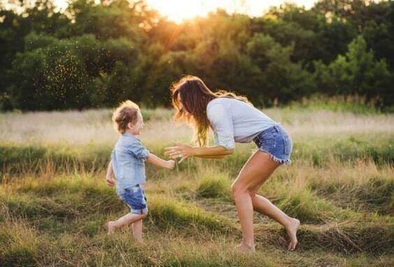 oyun oynayan çocuk ve anne