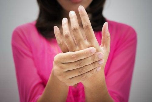 parmaklarına bastıran kadın