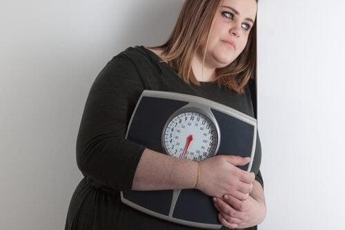 fazla kiloları olan kadın ve tartı