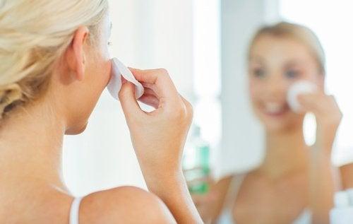 yüzünü temizleyen kadın