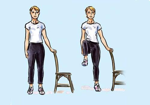 sandalyenin yanında tek ayağını havaya kaldıran insan