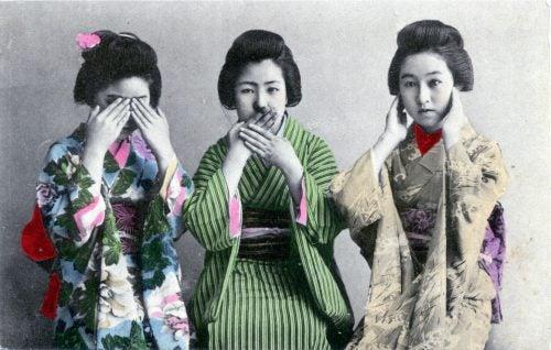 üç maymun yapan kadınlar
