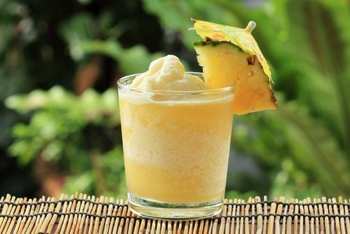 ananas ve Hindistan cevizi sütlü smoothie