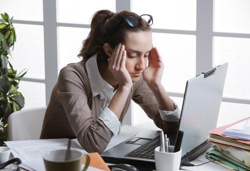 bilgisayar başında kafasını tutan kadın