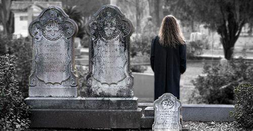 mezarlıkta dikilen insan ve ölüm
