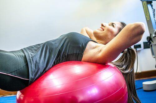 egzersiz topu ile çalışan kadın