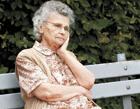 bankta oturan yaşlı kadın