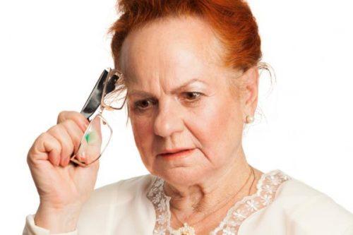 düşünen yaşlı kadın