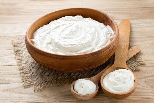 tahta kasede doğal yoğurt