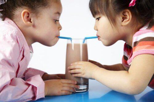 çikolatalı milkshake içen çocuklar