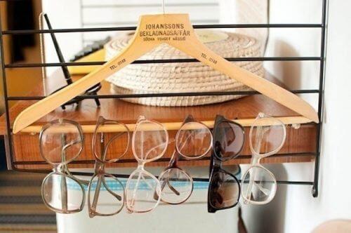 askıya asılı gözlükler