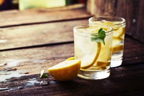 kolay detoks için limonlu su