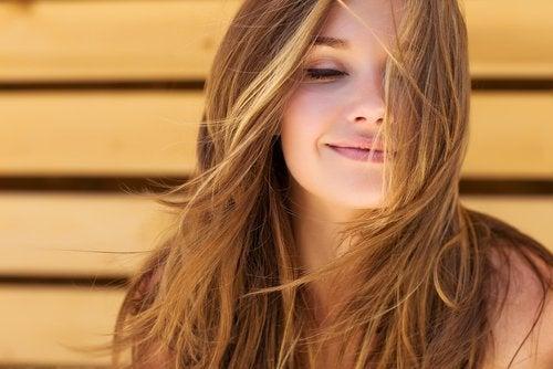 saçları uçuşan mutlu kadın