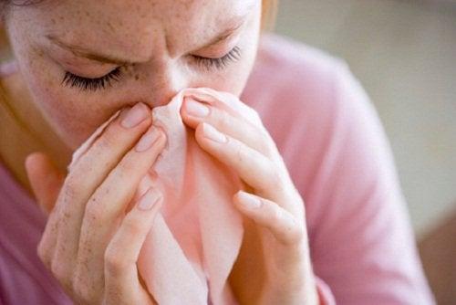 burnunu silen kadın